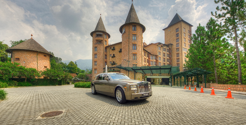 The Chateau Spa & Organic Wellness Resort - Facade with Rolls Royce